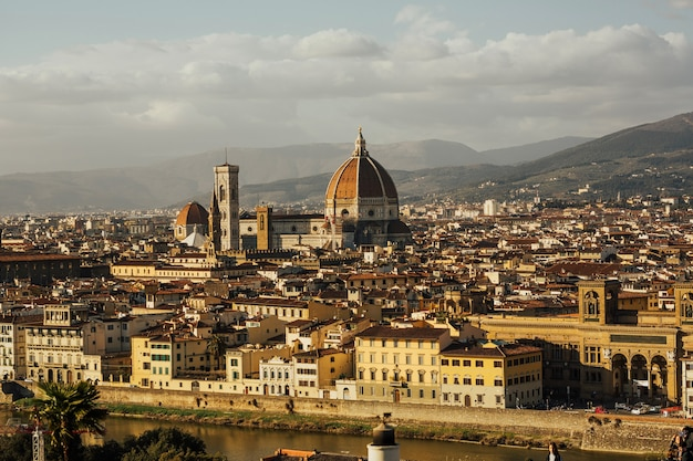 Fantastyczny widok na florencję we włoszech z rzeką arno
