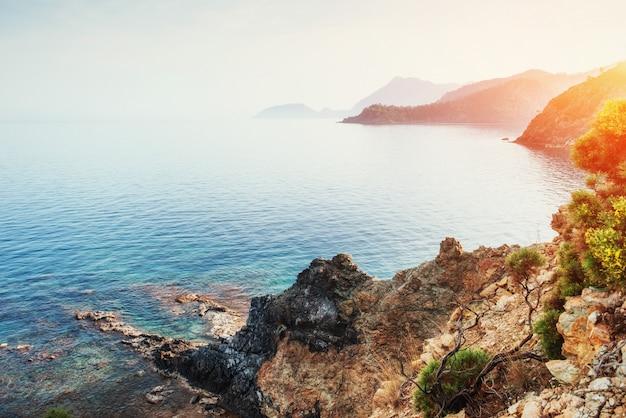 Fantastyczny widok na skaliste wybrzeże