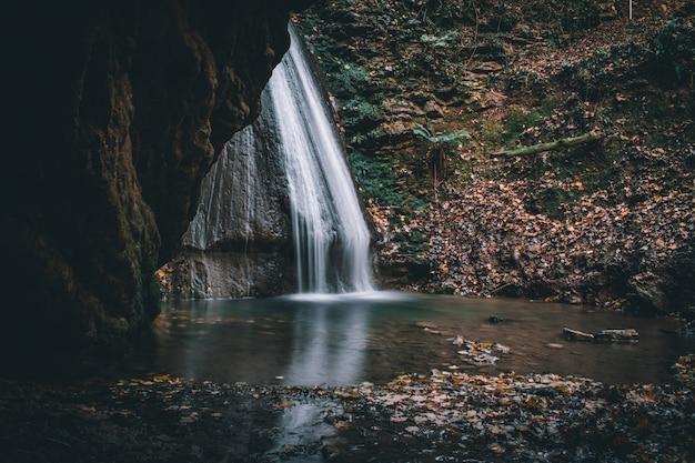 Fantastyczny widok na wodospady monticelli brusati