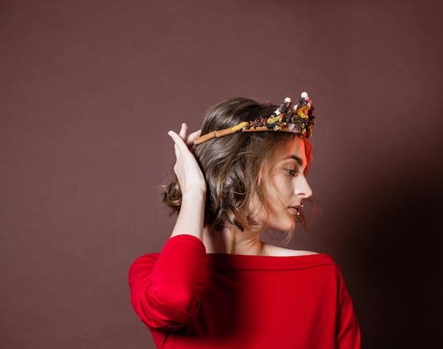 Fantazyjna korona przyprawowa na twarzy królowej z pikantnym makijażem