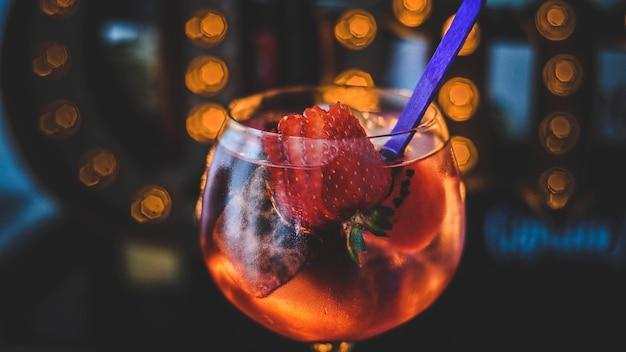Fantazyjny koktajl z ginem i jagodami