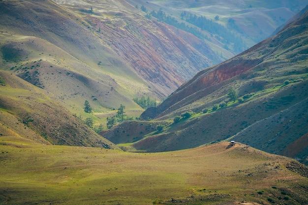Fantazyjny rozległy krajobraz z żywymi wielokolorowymi glinianymi górami