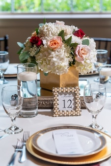 Fantazyjny stół weselny ozdobiony kwiatami