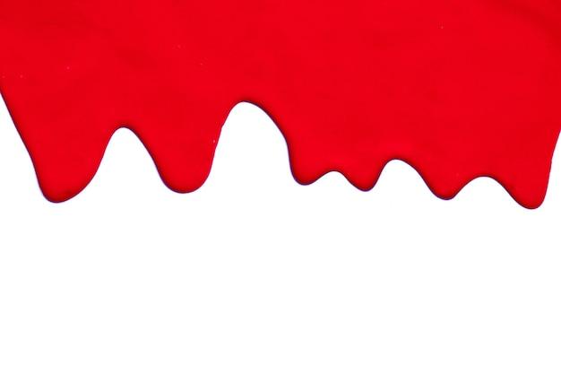 Farba czerwony kolor kapie na białym tle