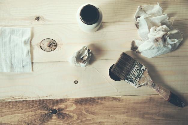 Farba i pędzel na drewnianym tle