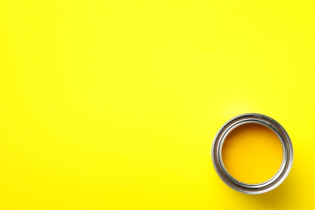 Farba Może Na żółtym Tle, Widok Z Góry Premium Zdjęcia