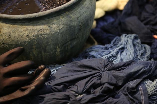 Farbowanie garnków z kolorowych przędz barwionych na niebieską tkaninę w chiang mai w tajlandii