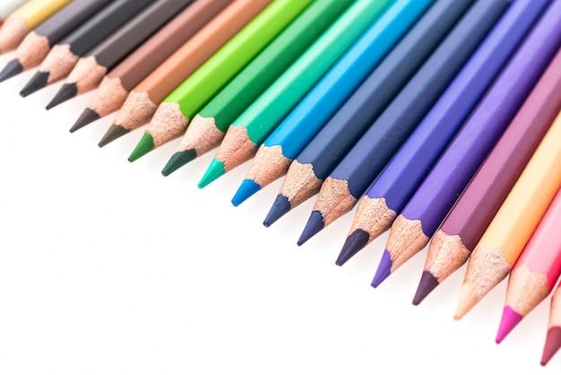 Farbują ołówek na białym tle