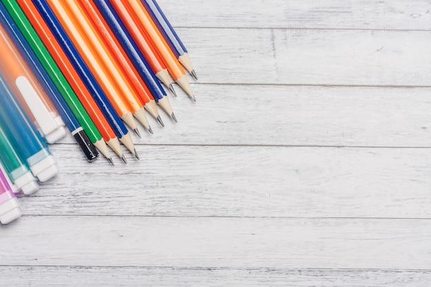 Farby akwarelowe kolorowe kredki drewniany stół szkoła artystyczna rysunek obraz.