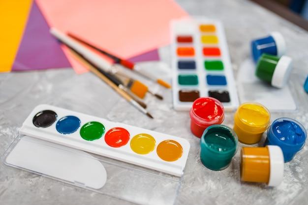 Farby akwarelowe na stole w sklepie papierniczym