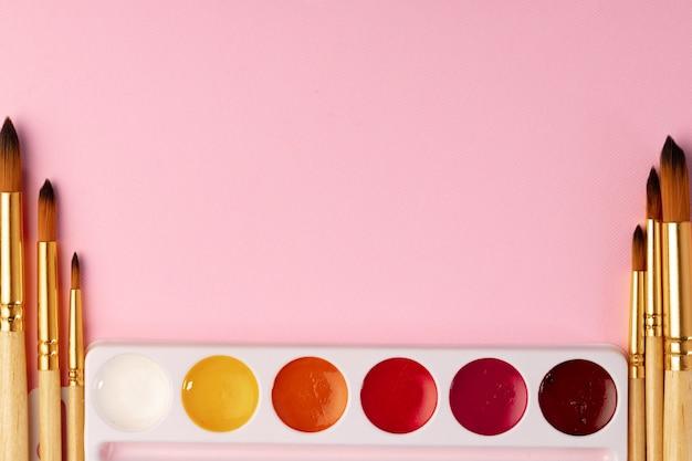 Farby akwarelowe z zestawem pędzli na różowo