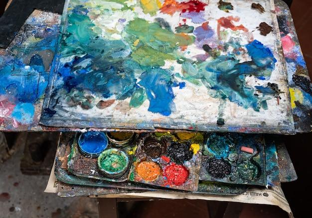 Farby artystyczne na starej drewnianej palecie