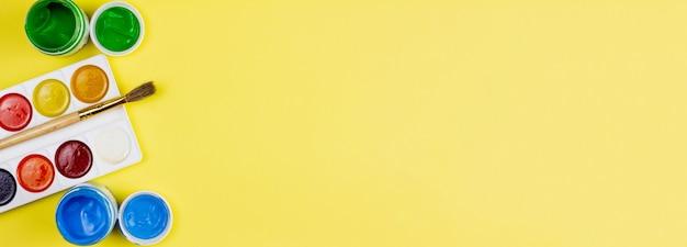 Farby do malowania na żółtym tle.