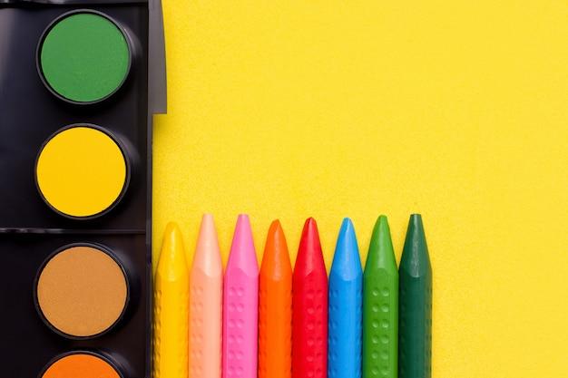 Farby i kredki ołówkowe.