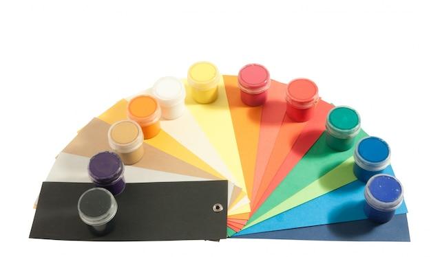 Farby i papier kolorowy
