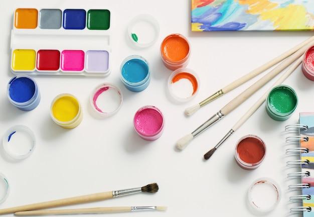 Farby i pędzle na papierze