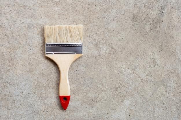 Farby muśnięcie na cementowym podłogowym tle.