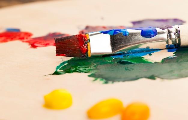 Farby olejne i inne z pędzlami dla kreatywności, twórczy proces rysowania poprzez mieszanie różnych kolorów farb pędzlami artystycznymi, pędzlami artystycznymi i farbami do malowania obrazów