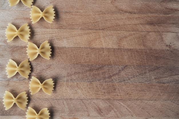 Farfalle na drewnianym tle.