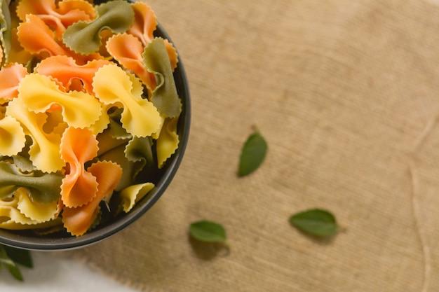Farfalle tricolor organiczna zdrowa żywność. włoski makaron
