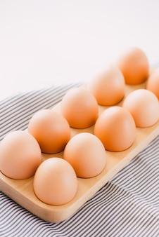 Farm surowe świeże jajko w opakowaniu na szarym stole składnik do przygotowania śniadania jajecznica jajko sadzone omlet