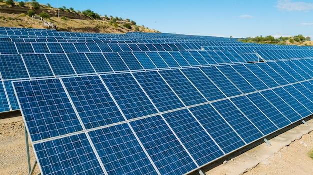Farma kolektorów słonecznych widziana z góry w wiejskim krajobrazie. koncepcja ekologicznych i odnawialnych źródeł energii