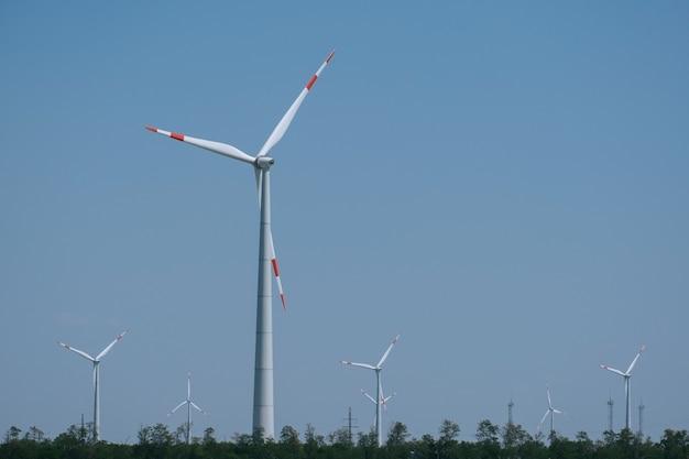 Farma wiatrowa krajobraz na niebieskim niebie