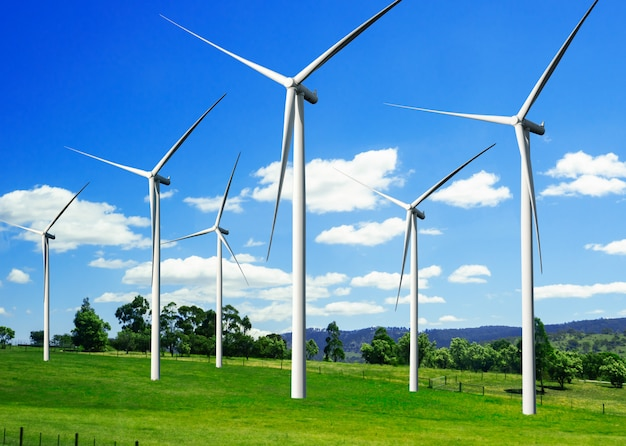 Farma wiatrowa turbiny w piękny krajobraz przyrody.