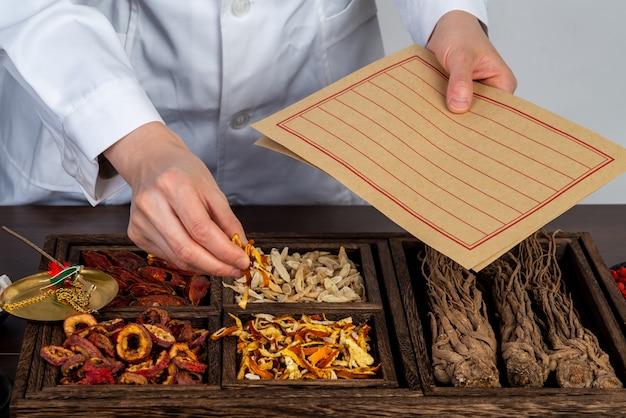 Farmaceuci przygotowują tradycyjną medycynę chińską