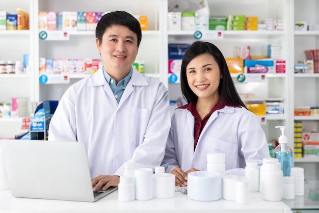 Farmaceuci uśmiechnięci chętnie do obsługi w aptece