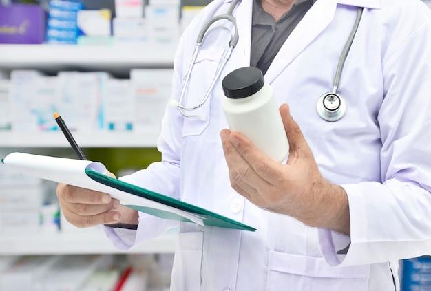 Farmaceuta napełniania receptę w aptece drogerii