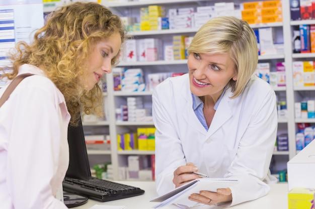 Farmaceuta pokazuje receptę klient