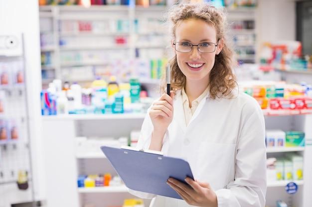 Farmaceuta przy użyciu komputera typu tablet