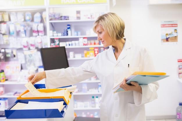Farmaceuta segreguje dokumenty