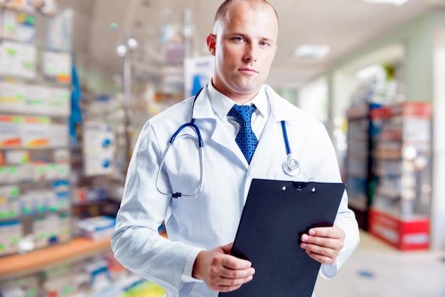 Farmaceuta udziela porad na temat leków w aptece.