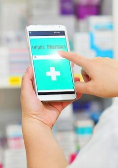 Farmaceuta używa mobilnego smartphone dla paska wyszukiwania na wyświetlaczu