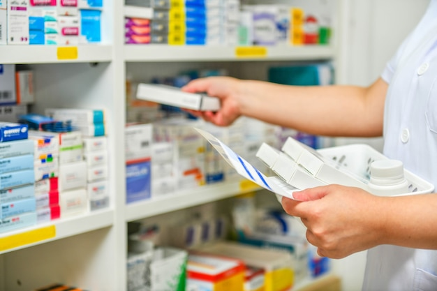 Farmaceuta wypełnia receptę w aptece