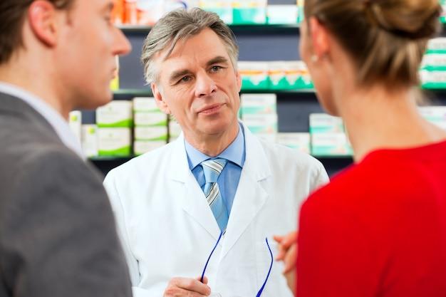 Farmaceuta z klientami w aptece