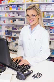 Farmaceuta za pomocą komputera
