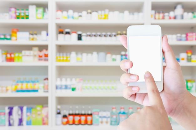 Farmaceuta za pomocą telefonu komórkowego z apteka niewyraźne