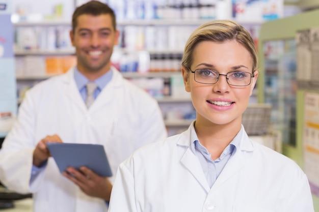 Farmaceuty patrzeje kamerę przy szpitalną apteką