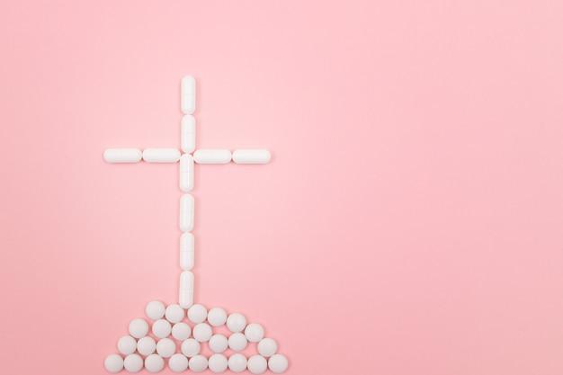 Farmacja szkodzi krzyżowi grobowemu wykonanemu z białych pigułek pill