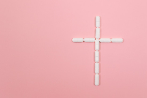 Farmacja szkodzi krzyżowi grobowemu wykonanemu z białych pigułek