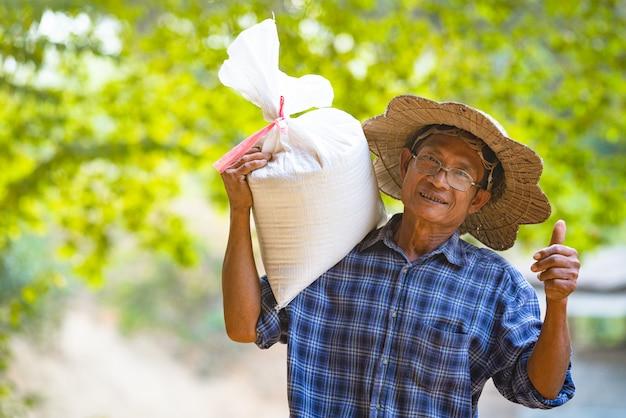 Farmer asian z białym workiem