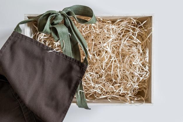 Fartuch serwisowy ze słomy na białym tle do przechowywania w kolorze brązowym