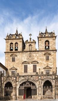 Fasada barokowej katedry w bradze, portugalia