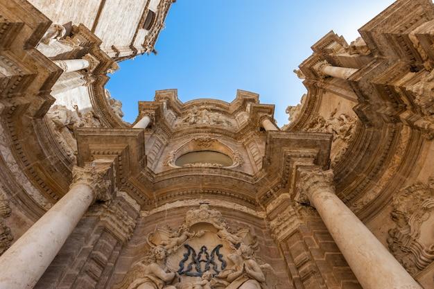 Fasada budynku gotyckiej katedry w słoneczny dzień