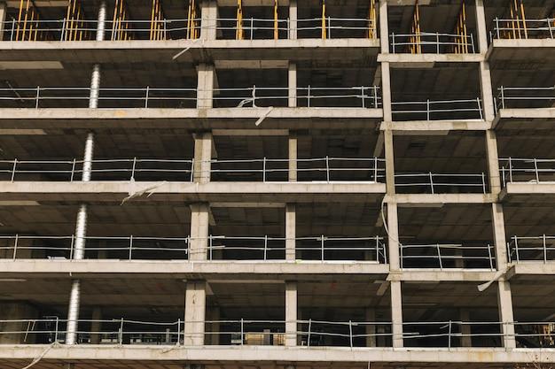 Fasada budynku w trakcie budowy