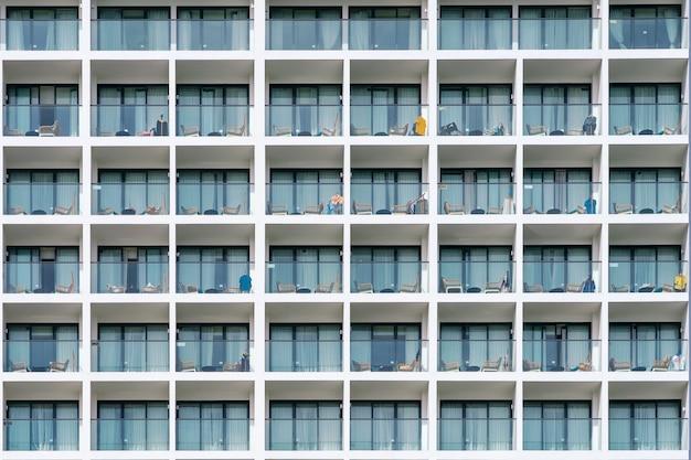 Fasada budynku z balkonem ze stołem i krzesłem. hotel apartament balkon wzór tekstury.