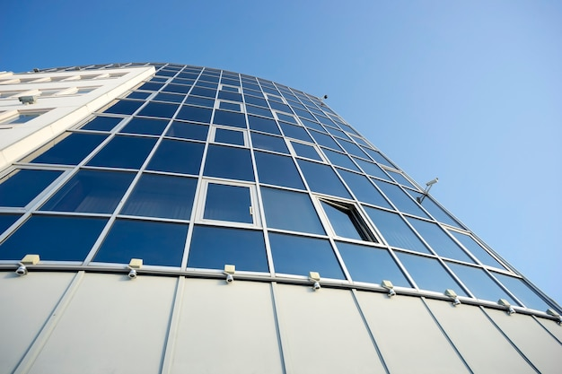 Fasada budynku z otwartym oknem